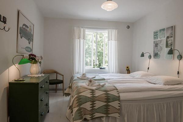 Mormors Pensionat Strandhagen - Dubbelrum mot trädgård, delat badrum